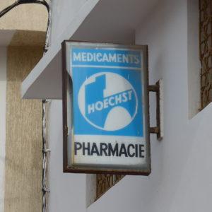 Schild einer Apotheke in Casablanca mit Hoechst-Logo.