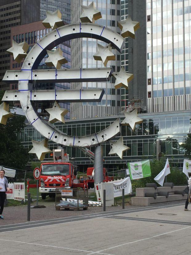 Die europäische Afrika-Politik ist noch eine Baustelle: Euro-Wahrzeichen vor dem ehemaligen EZB-Turm in Frankfurt.
