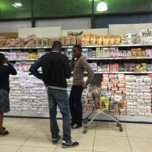 Kunden in einem Supermarkt in Nairobi, Kenia
