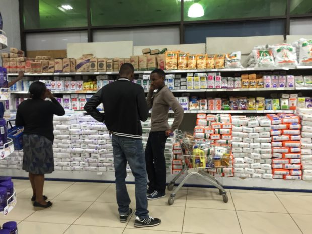 Kunden in einem Supermarkt in Nairobi, Kenia