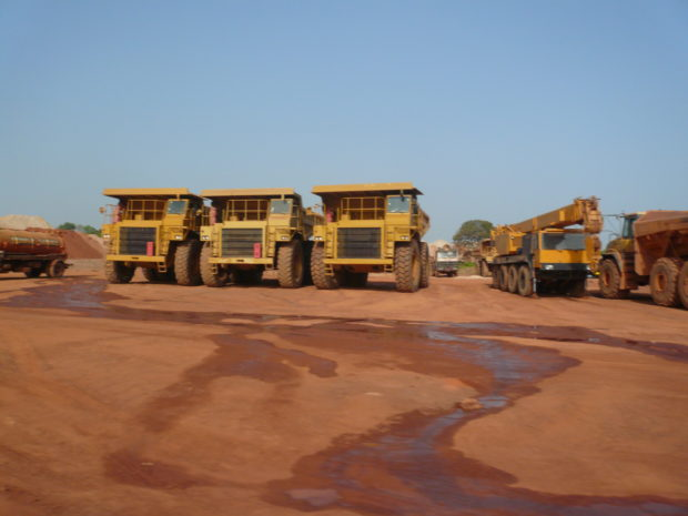 Heavy machines for mining gold in Mali (c) Christian v. Hiller