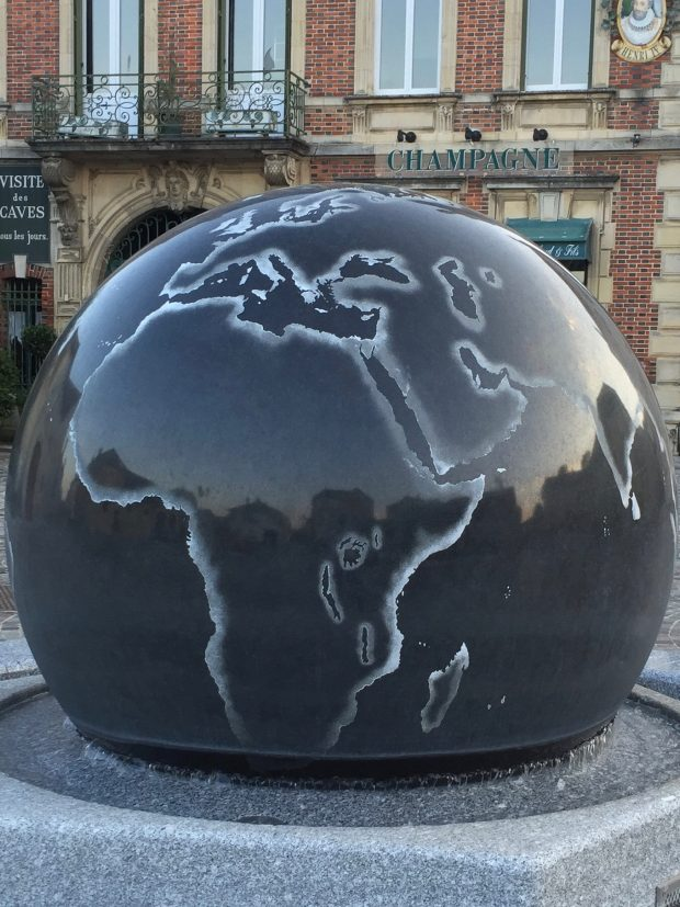 Brunnen mit Weltkugel