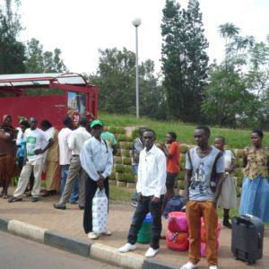 Des Rwandais à Kigali attendant le bus